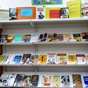 Expositor con parte de los libros seleccionados